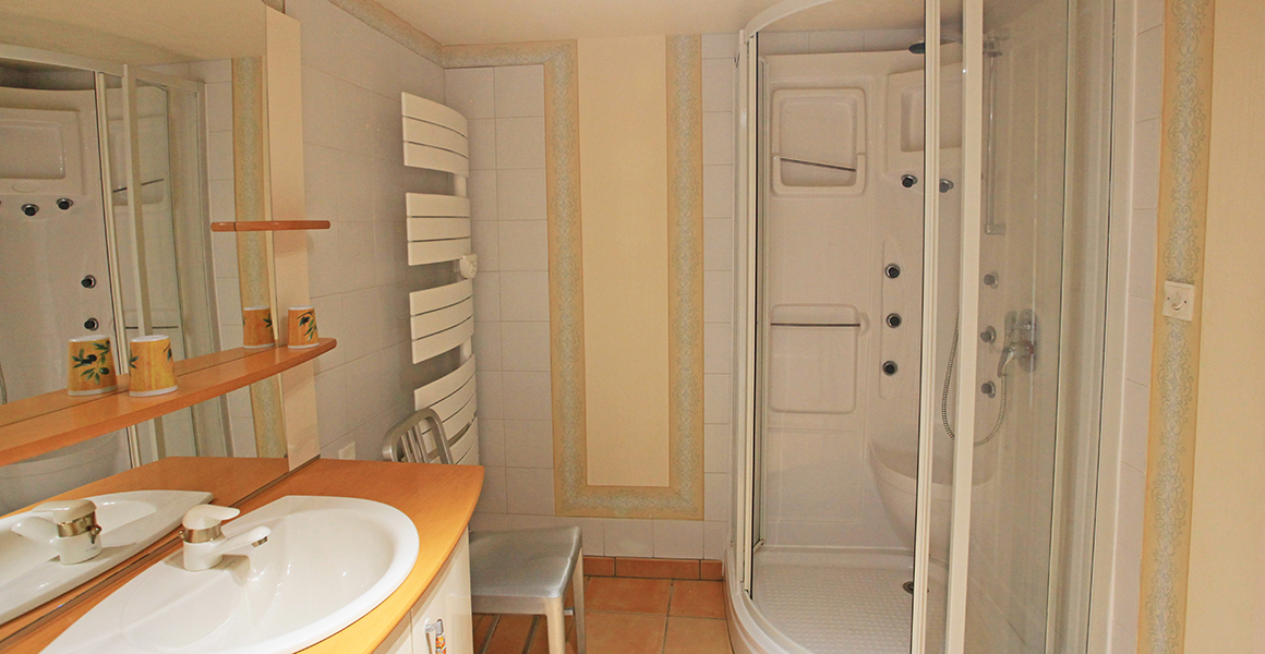 Ground floor bath/shower room
