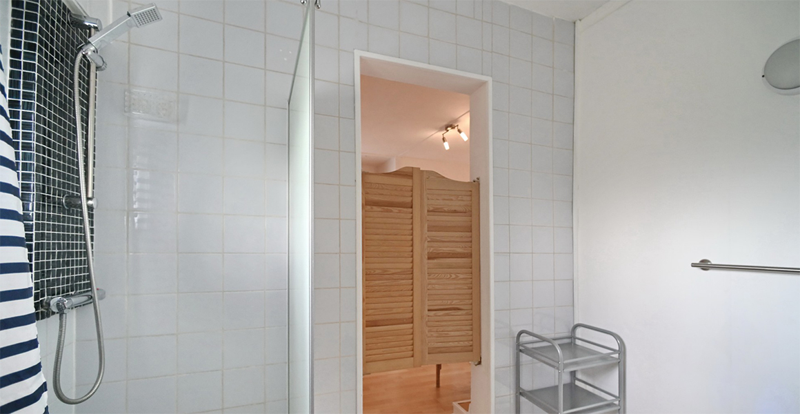 La Lavande family bedroom en suite