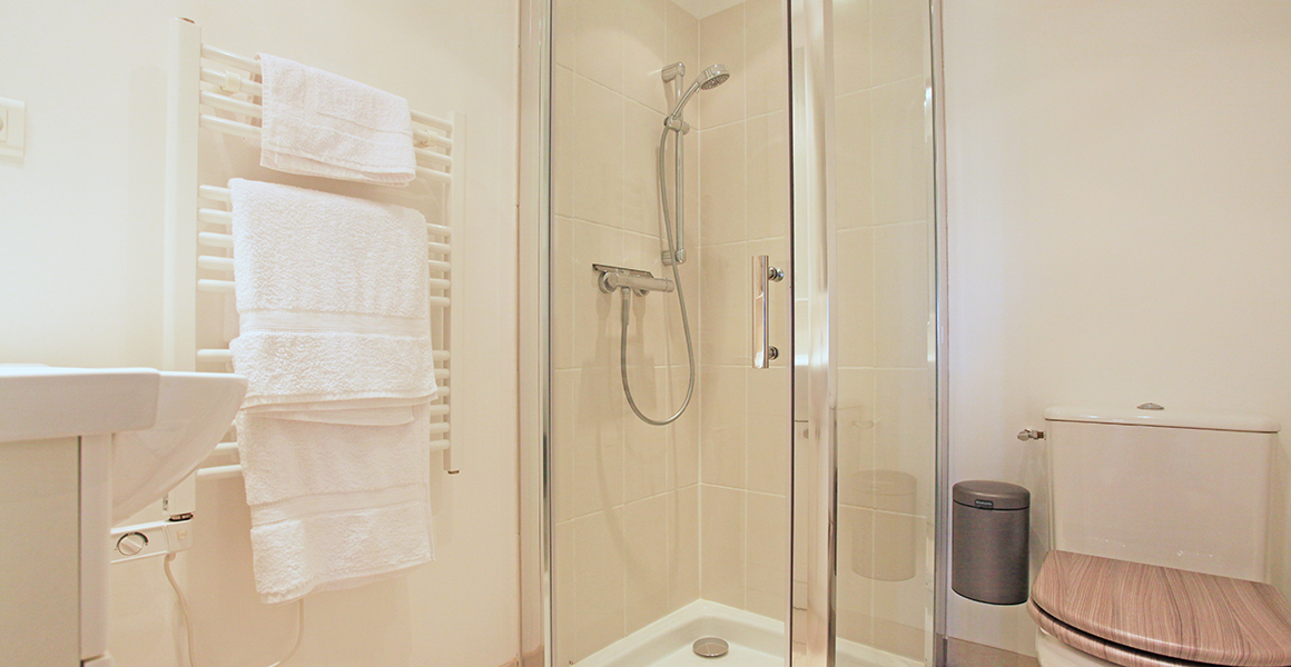 Cottage twin bedroom en suite shower room and WC