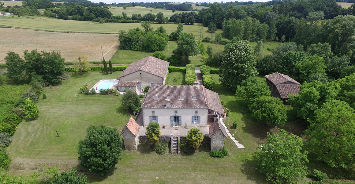 Aerial view, Maison in the foreground, the pool and Barn Cottage behind