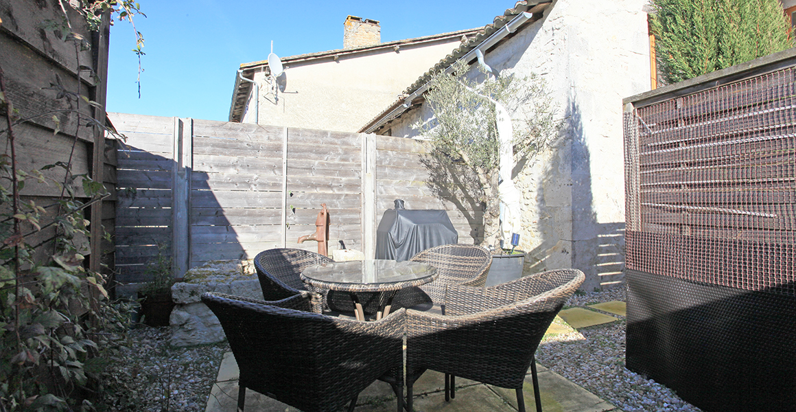 The courtyard with table, chairs and BBQ